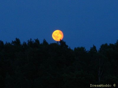 Månen kommer fram som ett glödande klot.