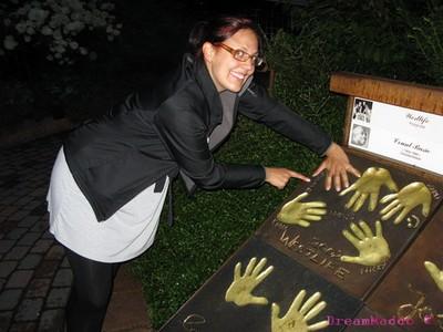 ...och satte händerna i Shanes handavtryck! :)