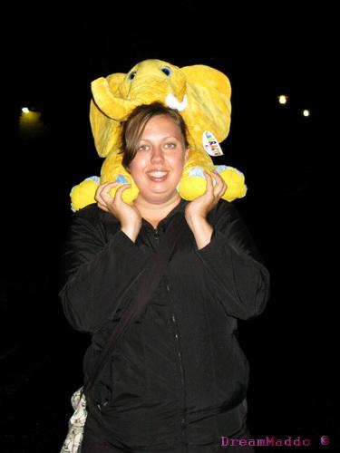 Nina tar hand om nallefanten på vägen hem. :P