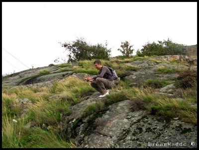 Simon fotar på berget vid Röda Sten