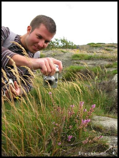 Simon fotar macro på berget vid Röda Sten