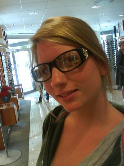Jag tycker nog Nathalie passar i glasögon =)