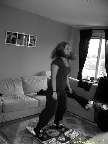 Nathalie dansar på min dansmatta! ^^